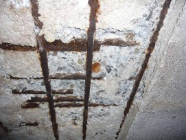 Korrodierte Eisen unter Perfektaplatten einer Tiefgarage