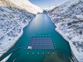 Solarkraftwerk auf dem Stausee Lac des Toules im Wallis