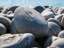 Kieselsteine am Meer