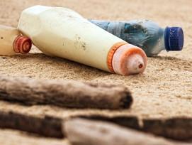 Plastikabfälle am Strand (Symbolbild)