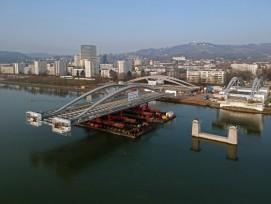 Einschwimmung der Tragwerke für neue Donau-Brücke