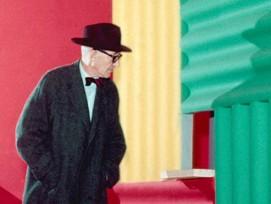 Le Corbusier vor dem Paravent in der Halle des Immeuble Molitor