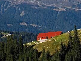 Roter Zweckbau auf der Ziegenalp Puzzetta