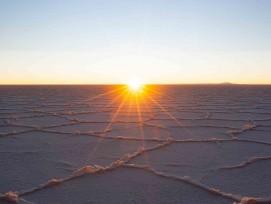 Salzsee in Bolivien bei Sonnenaufgang