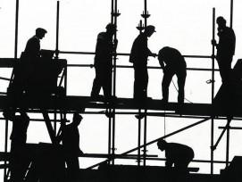 Silhouette von Bauarbeitern auf Gerüst