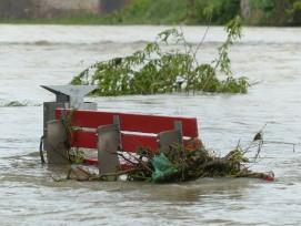 Überflutete Parkbank