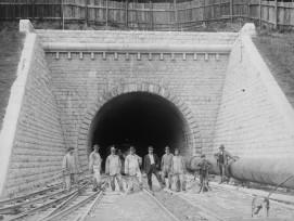 Arbeitergruppe vor Südportal Hauenstein-Basistunnel 1914 bis 1916