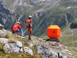 Betonblock auf kippbarer Plattform vor Steinschlagversuch