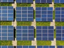 Solarpanels auf einem Dach in Taipeh