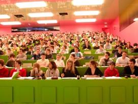 Unter den weltweit führenden Universitäten belegt die Universität Zürich Rang 57 und verbessert sich im Vergleich zum Vorjahr um 21 Plätze. Damit gilt die UZH in der Schweiz als drittbeste Universität insgesamt und als Nummer 1 im Bereich Geisteswissensch
