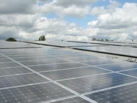 Solarpanels auf einem Flachdach, Symbolbild (flickr.com, h080, CC)