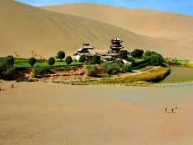 Ein Grüner Fleck mitten in der Wüste: Die Crescent Spring (www.placefortour.com)