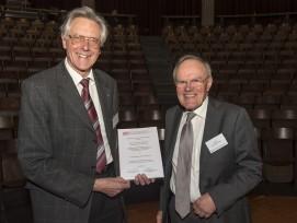 Stiftungsrat Hugo Bachmann (links) übergibt Rainer Schumacher den Innovationspreis Baudynamik. (Bild: Martin Deuring)