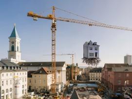 In luftiger Höhe hängt das Haus aus Karton Holz über der Baustelle. (Studio Leandro Erlich / zvg ZKM Karlsruhe)