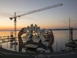 """Turmdrehkrane bauen das Bühnenbild für die Oper """"Carmen"""" in Bregenz."""