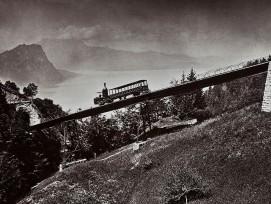 Die Rigi-Bergbahn führt über die Schnurtobelbrücke. Im Hintergrund sieht man den Vierwaldstättersee um 1875 . (Schweizerisches Nationalmuseum)