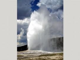 Der Old Faithful-Geysir (der alte Getreue) gehört zu den bekanntesten Geysiren im Yellowstone-Nationalpark. (Jon Sullivan, commons.wikimedia.org, gemeinfrei)