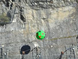 Ein 25 Tonnen schwerer Betonblock wurde aus 42 Metern Höhe auf eine Steinschlagbarriere abgeworfen.