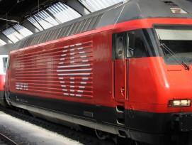 Eine Lokomotive des Typs Re 460 fährt am Zürcher HB ein.