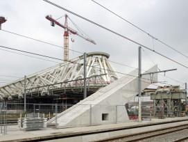 So sieht die Halle vom Bahnsteig her aus. Die Betonschrägen sind die Rohbauten der künftigen Treppen und Rolltreppen.