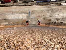 Oberflächenschutz: Erosionsschutznetze kombiniert mit Stahlgittern.
