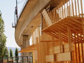 Die Holzstruktur unter dem Viadukt:  In der Mitte der Konstruktion befindet sich  die Treppe ins «Nichts».