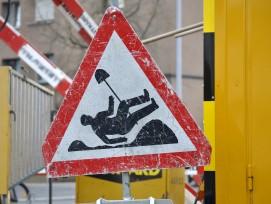 Strassentafel mit umgefallenem Bauarbeiter