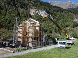 Dank Holzsystembau ist das Ferienhaus in Rosso GR in acht Wochen gebaut. Der Architekt Davide Macullo wählte für  das Haus den Grundriss eines Schweizerkreuzes.