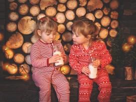 Kinder an Weihnachten, Symbolbild.
