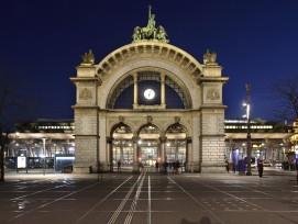 Neu beleuchteter Torbogen beim Bahnhofplatz.