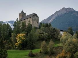 Die monumentale Burg von Riom: ein Wahrzeichen das majestätisch auf einem vorspringenden Geländesporn vor der Siedlung thront.