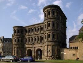 Seit 1848 Jahren steht die Porta Nigra im heutigen Trier. Sie wurde von den Römern wahrscheinlich nicht als Wehranlage, sondern als Repräsentationsobjekt angelegt.
