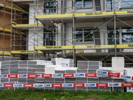 In Zürich wird ein Mehrfamilienhaus energetisch saniert. Der Wohnbau stützt die Baukonjunktur weiterhin kräftig.