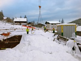 Bauarbeiter sind hart im Nehmen: In Wildhaus SG wird eine Baustelle vom Neuschnee befreit.