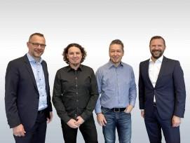 Die Inhaber der Hälg Group, Marcel Baumer (g.l.) und Roger Baumer (g.r.), und die bisherigen Inhaber und weiterhin Geschäftsführern der Dober AG, Philipp Magni (m.l.) und Urs Grieder (m.r.).