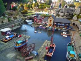 Ein kleiner Hafen mitten im Modelldorf.
