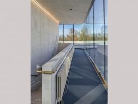 Im Treppenhaus der neuen Doppelturnhalle beim Schulhaus Bitzius im Berner Stadtteil Kirchfeld-Schlosshalde ragen als Kunst am Bau ein riesiger Turnschuh…