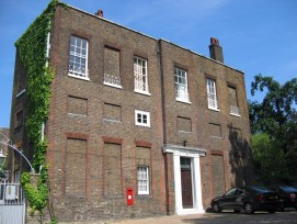 Ein Gebäude mit zugemauerten Fenstern in Greenwich.