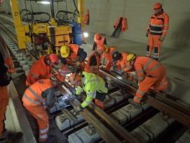 Einbau einer Weiche im Ceneri-Basistunnel.