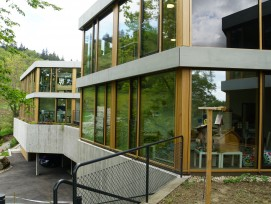 Nur der hangseitige Verwaltungsbereich mit Therapieräumen und Versammlungssaal ist zweigeschossig ausgebildet.