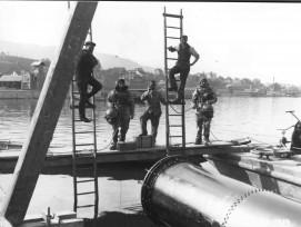Taucher übernehmen 1913 die Montage der Wasserfassungen am Zürichsee.