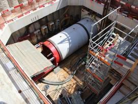 Mittels Hydraulik wird die Tunnelbohrmaschine in einem Startschacht mitten in der Stadt Zug vorwärts geschoben.