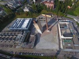 """Auf diesem Areal soll das Versuchsgebäude des """"smart living lab"""" errichtet werden. Zurzeit ist es in der Blauen Halle (links im Bild) untergebracht."""