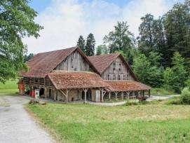 Im Dachgeschoss des Museumsgebäudes befinden sich die Dauerausstellung und die Spielecke.In der Ziegelhütte und auf dem Zwergenwerkplatz kann mit dem Baustoff Lehm gearbeitet werden.