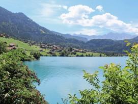 Trotz Problemen mit den Kantonsfinanzen, welche wohl zu einer Steuererhöhung führen werden, scheint die Welt in Obwalden (im Bild der Lungernsee) noch in Ordnung.