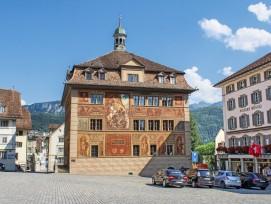 Das Schwyzer Rathaus ist denkmalgeschützt und bekannt für die historische Fassadenmalerei von Ferdinand Wagner aus dem Jahr 1891. Hier tagen sowohl der Regierungs- als auch der Kantonsrat.