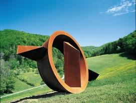 Im Skulpturenpark Schönthal zu sehen:«Soglio» von Nigel Hall, 1994, Cortenstahl.