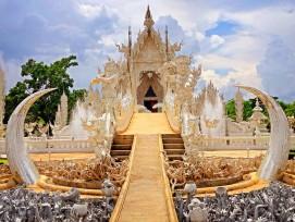 In der Provinz Chiang Rai in Nord-Thailand befindet sich Wat Rong Khun, ein schneeweisser Tempel.