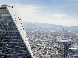 Die Turmspitze des Torre Reforma in Mexiko-Stadt.