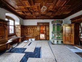 Letzte Arbeiten am Renaissancezimmer aus der Rosenburg in Stans. Zum Schutz ist der bereits fertiggestellte Fussboden noch abgedeckt.
